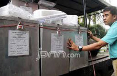 Baliho Calon Bupati Rusak, KPU Tutup Mata - JPNN.com