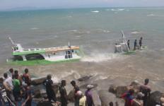 Dihantam Ombak Besar, Perahu Nelayan Karam - JPNN.com