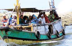 Hujan Angin, Kapal Penyeberangan Nekat Berlayar - JPNN.com