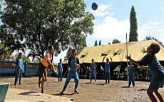 Sekolah Ambruk, Siswa Terpaksa Belajar di Tenda - JPNN.com