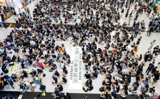 Demonstran Lempar Bom Bensin dan Bebatuan di Gedung Parlemen - JPNN.com