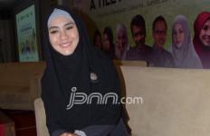 Usia Anak Belum Sebulan, Oki Setiana Dewi Sudah Bekerja Lagi - JPNN.com