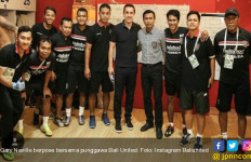 Gary Neville Sambangi Ruang Ganti Bali United, Nih Fotonya... - JPNN.com