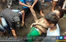 Main Galian Pasir di Pantai, Tiba-tiba Ombak Datang, Ya Ampuuun - JPNN.com