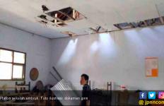 Plafon Kelas Ambruk, Guru Pingsan, Murid Menjerit Histeris - JPNN.com