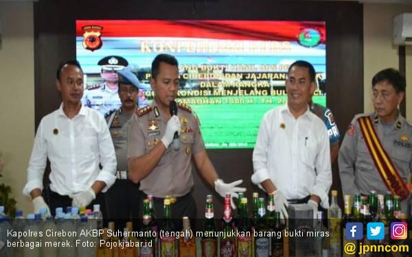 Polres Cirebon Amankan Ribuan Botol Miras - JPNN.com
