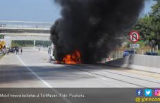 Mobil Innova Terbakar Usai Tabrak Truk - JPNN.com
