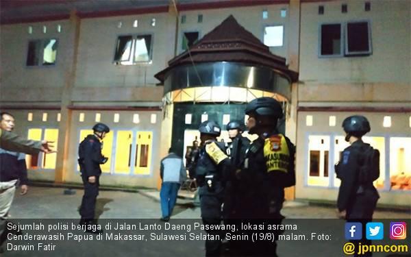 Kaca Depan Pecah, Asrama Mahasiswa Papua di Makassar Dijaga Ketat - JPNN.com