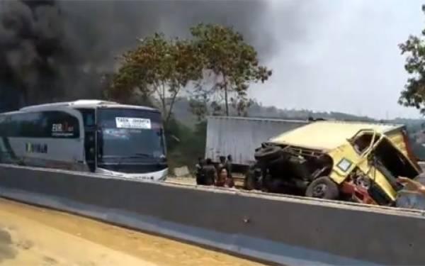 10 Mobil Tabrakan Beruntun di Tol Cipularang, 6 Orang Dilaporkan Tewas - JPNN.com