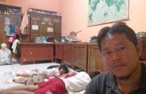 Sudah 14 Tahun Honorer K2 Ini Tinggal Bersama Keluarganya di Ruang Guru - JPNN.com