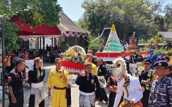 Mbah Sangkrah Pimpin Prosesi Larung Sesaji di Pantai Selatan - JPNN.com
