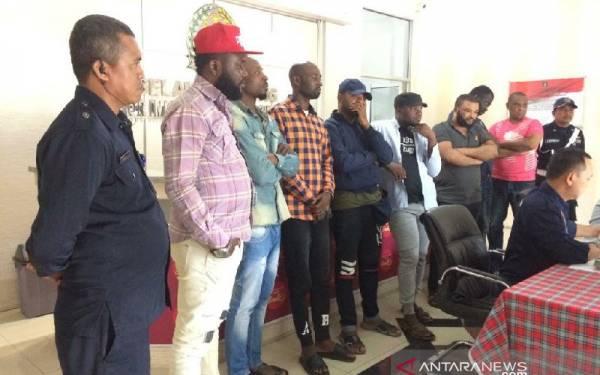 Imigrasi Tasikmalaya Amankan Delapan Pedagang Pakaian Asal Nigeria - JPNN.com