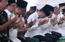 Hari Kedua Kunker di Riau, Presiden Jokowi Bersalat Minta Hujan - JPNN.com