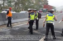 Petugas Olah TKP Kecelakaan Beruntun di Cipularang - JPNN.com