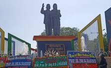 Karangan Bunga Penuhi Monumen Cinta Habibie - Ainun - JPNN.com