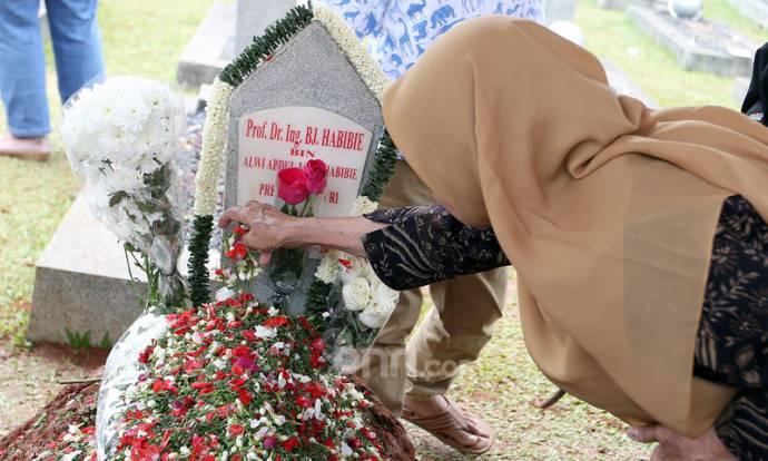 Setelah 4 hari dimakamkan, Pusara BJ Habibie Masih Didatangi Peziarah