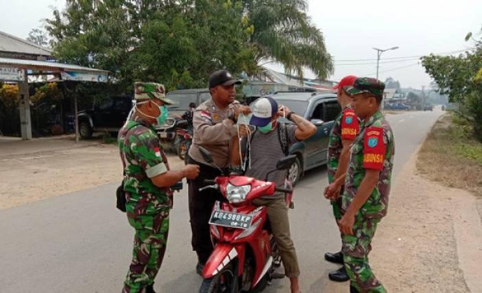 TNI - Polri Bagikan Masker untuk Warga - JPNN.com