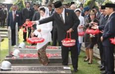 Tabur Bunga di Makam Pahlawan Revolusi - JPNN.com