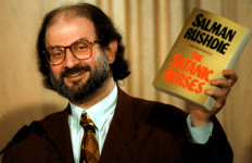Salman Rushdie Pilih Ngumpet - JPNN.com