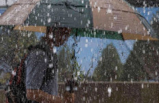 Hujan Es Melanda Sebagian Wilayah Jakarta Barat - JPNN.com