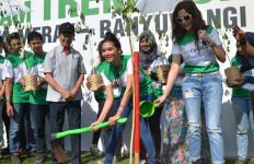 Tanam Trembesi, Duo Maia Sukseskan Djarum Trees For Life - JPNN.com