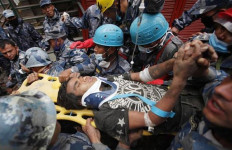 Ajaib, Enam Hari Bertahan di Balik Puing Gempa Nepal - JPNN.com