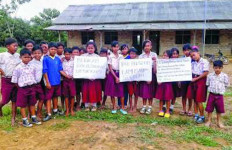 Bikin Miris, Murid Ini Harus Berjalan Kaki 10 Km Karena Sekolahnya Ditutup - JPNN.com