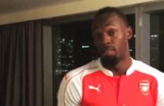 Manusia Tercepat di Dunia Jijik Pakai Jersey Arsenal - JPNN.com