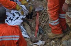 Baru Pindah Tiga Hari, 13 Sekeluarga Termasuk Tujuh Anak-anak Tewas Tertimbun Tanah Longsor - JPNN.com