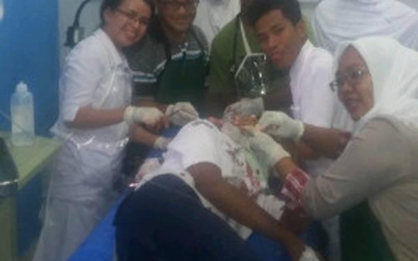 HEBOH! Beredar Foto 7 Orang Seperti Ahli Medis Sibuk Selfie di Depan Pasien Kritis - JPNN.com