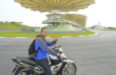 """Begini Rasanya Melintas di Tikungan 14 Sepang, Lokasi Rossi """"Tendang"""" Marquez dengan Motor Bebek - JPNN.com"""