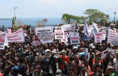 Lihat, Ini Foto Ribuan Warga yang Berdemo Menolak Pembangunan Masjid - JPNN.com
