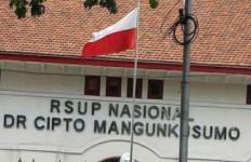 Waduh, Bendera Merah Putih Berkibar Terbalik di Depan RSCM - JPNN.com