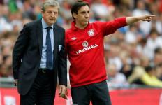Latih Valencia, Neville Tetap Asisteni Roy Hodgson - JPNN.com