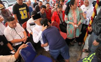 Sani Sujud Syukur Langsung Cium Kening Istri dan Cucu - JPNN.com