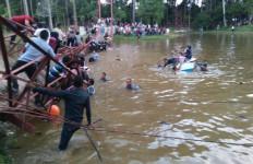 NGERI! Jembatan Gantung Putus, Ratusan Pengunjung Jatuh ke Danau - JPNN.com