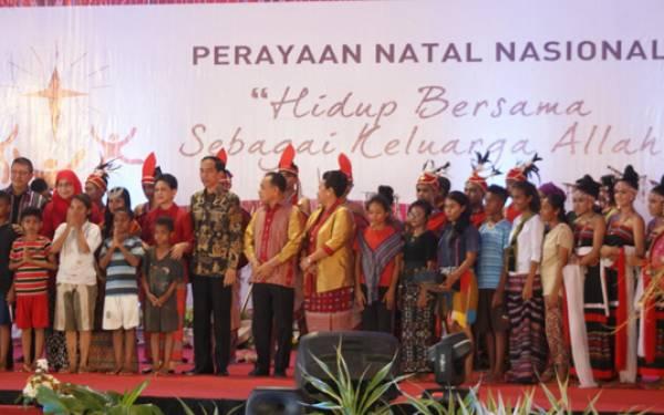 Keseleo Beberapa Kali, Jokowi Tetap Disambut Riuh Ribuan Undangan - JPNN.com