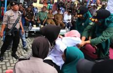 Dihukum Cambuk, Disoraki Penonton, Mahasiswi Pingsan di Panggung - JPNN.com