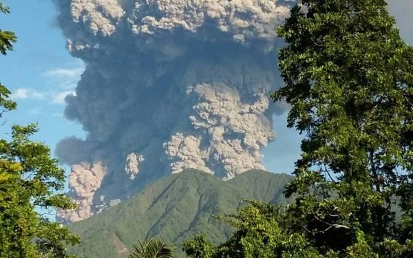 Gunung Soputan Meletus, Mobil Damkar Dikerahkan - JPNN.com