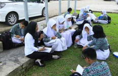 PARAH! Sekolah Unggulan tapi Siswa Belajar di Lapangan - JPNN.com