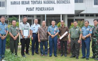 Puspen TNI Terima Piagam Penghargaan Elshinta - JPNN.com