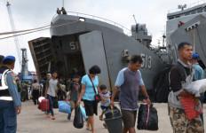 KRI Teluk Penyu Angkut 900 Masyarakat Eks Gafatar dari Pontianak - JPNN.com