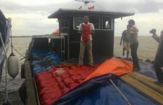 Kapal Patroli Hiu 13 Tangkap Penyelundup 24 Ton Bawang Merah - JPNN.com