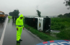 Bus Terguling, Tol Cikampek Macet Hingga Karawang Barat - JPNN.com