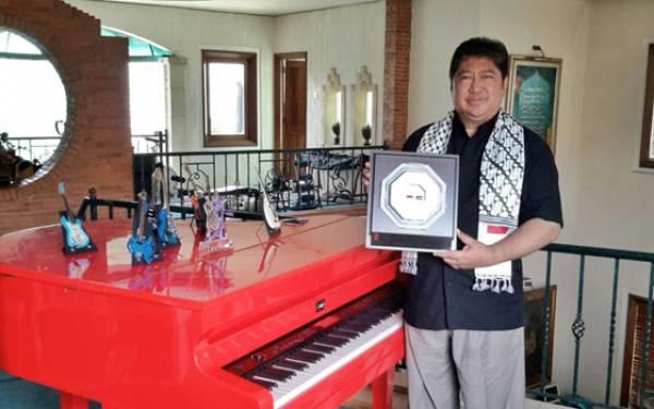 Ayah Vidi Aldiano Raih Penghargaan dari MER-C - JPNN.com
