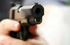 DORR...DORR...Aksi Koboi di Depan Kantor Polres, Korban Dilarikan ke RS Pelni - JPNN.com