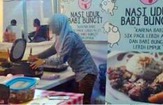HEBOH, Foto Perempuan Berjilbab Jualan Nasi Babi jadi Viral - JPNN.com