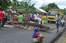 Debur Ombak Masuk ke Rumah, Warga Bentangkan Perahu di Jalan - JPNN.com