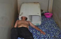 NGERI... Kepala Pria Ini Terjebak di Dalam Mesin Cuci - JPNN.com