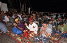 Taruna AAL Salat Tarawih di Atas KRI Dewaruci - JPNN.com